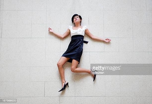 Junge schöne Frau auf dem Boden liegen