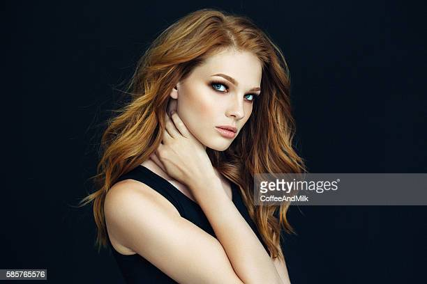 Junge schöne Frau auf dunklen Hintergrund