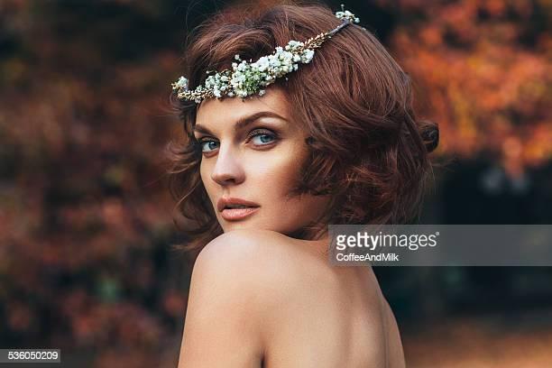 Joven hermosa mujer sobre fondo natural