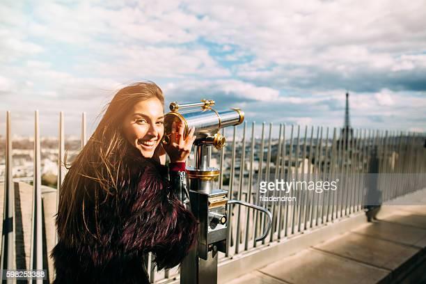 Jeune Belle femme sur la terrasse d'observation