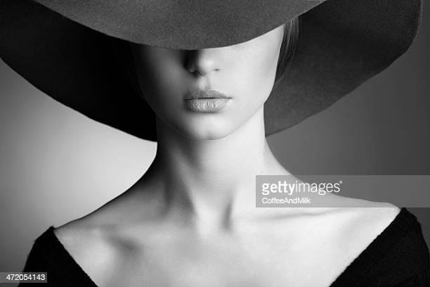 Jovem mulher bonita vestindo Chapéu preto