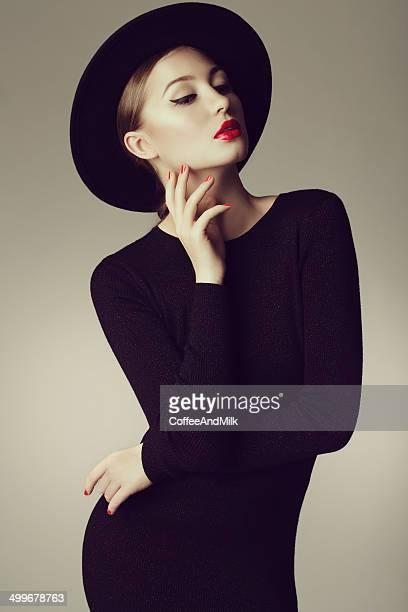 Jeune Belle femme portant un chapeau rétro