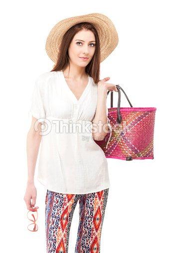 88f8c2dc9cc1 Giovane bella donna che indossa abiti estivi.   Foto stock