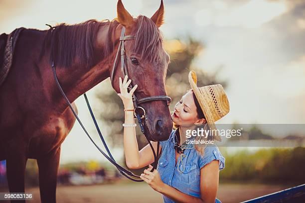 Junge schöne Frau mit Pferd