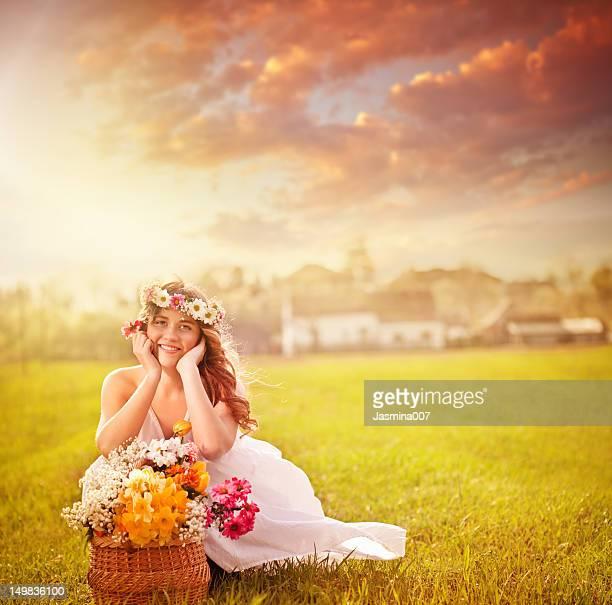 Junge schöne Frau mit Blumen im Freien
