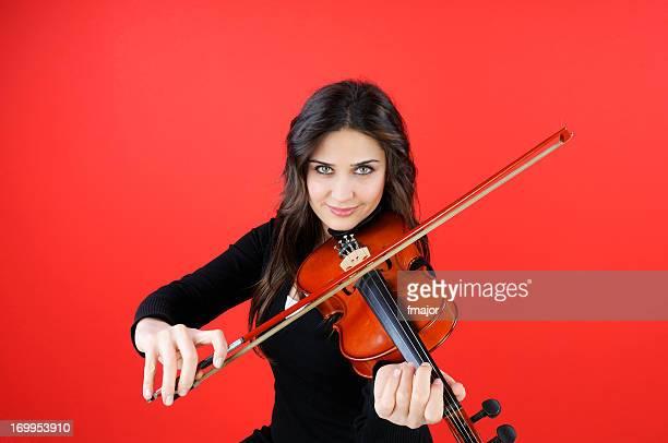 Jeune beauté joue un violon