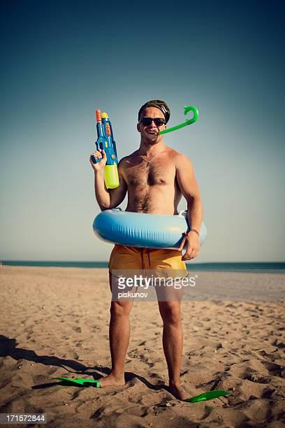 Jeune homme avec des jouets Bizzare