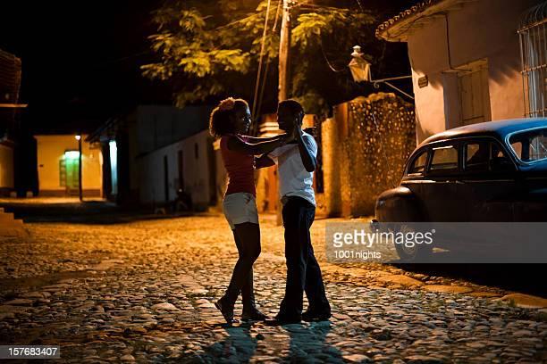 Jeune couple de danse salsa noir