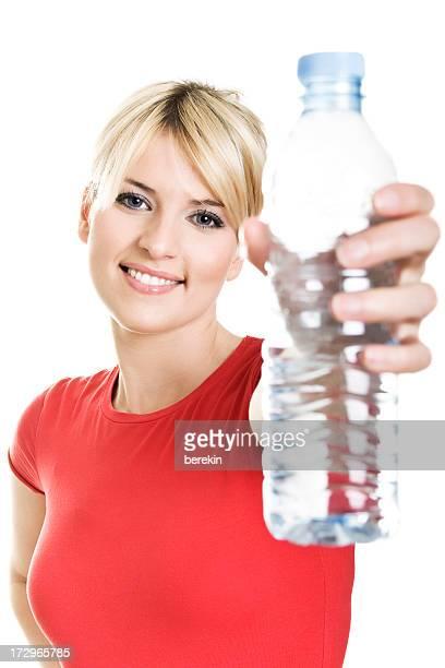 Junges Blondes Mädchen mit Flasche Wasser