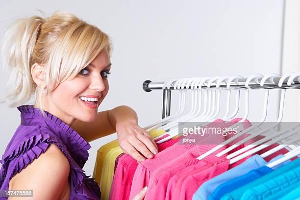 Junge Frau Wahl Kleidung im shop