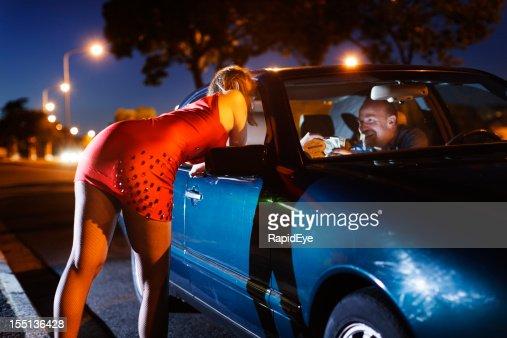 若いブロンドの売春婦 soliciting 男性車