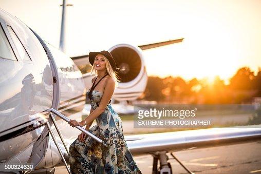Young blonde woman ingresar jet avión privado