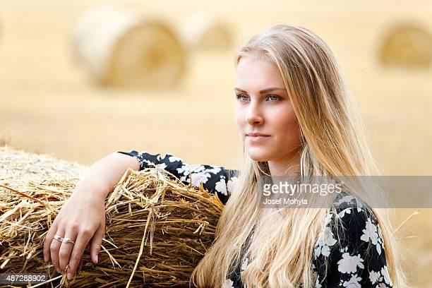 Giovane Biondo donna sul campo