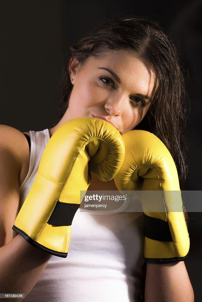 Mujer joven deportivo de boxeo : Foto de stock