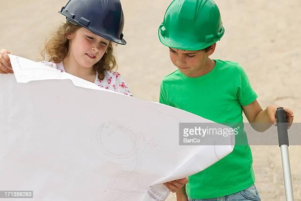 Jeune Garçon et fille jouant Entrepreneur en bâtiment
