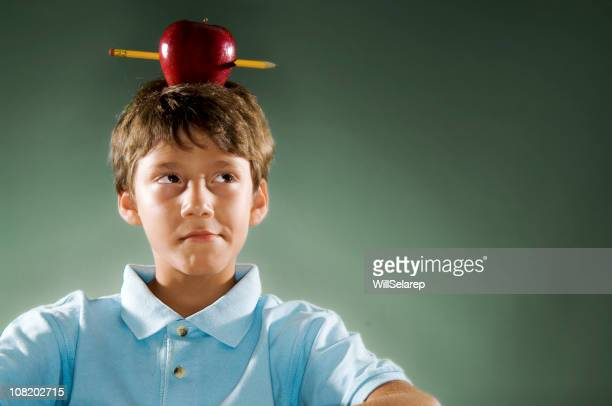 Jungen Ausgleich Apfel auf dem Kopf