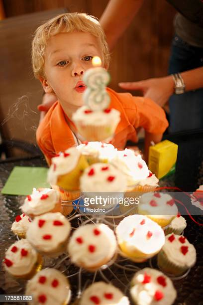 Junge Blasen Sie Kerze