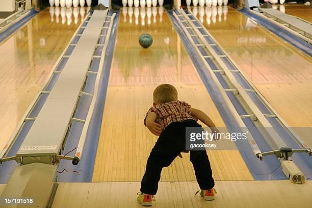 Jovem rapaz bowling