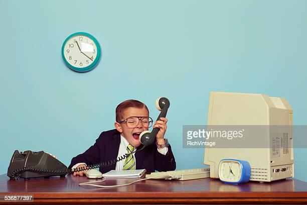 Junge Geschäftsmann Angrily schreit seine Freude hinaus in die Telefon