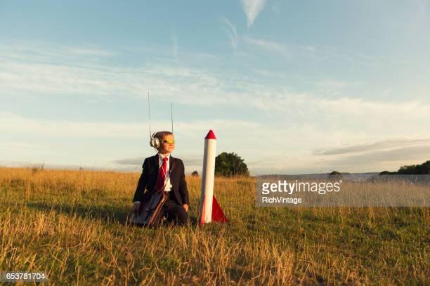 Jeune homme homme d'affaires prêt à lancer la fusée