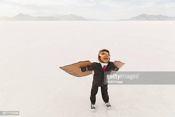 Jeune garçon Homme d'affaires avec le carton ailes de