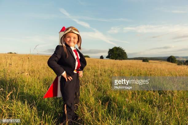 Jeune garçon homme d'affaires avec la fusée sur son dos en Angleterre