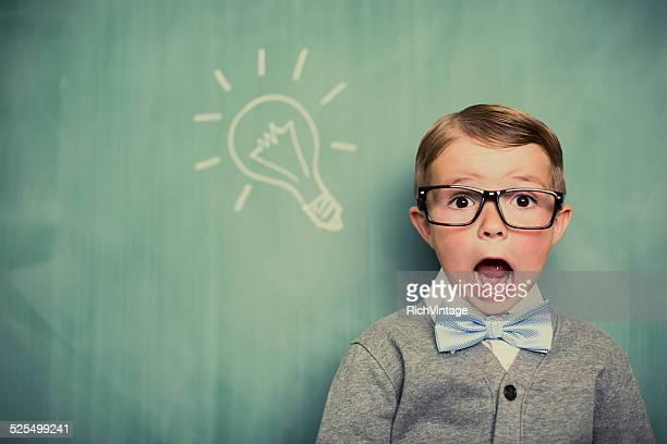 Junge gekleidet wie Nerd mit Big Idea