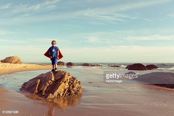Giovane ragazzo vestito come supereroe su spiagge della California