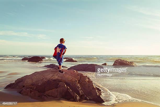 Junge gekleidet als Superheld steht auf California Beach