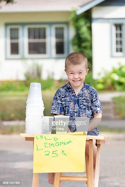 Jeune garçon jeune homme d'affaires avec de buvette