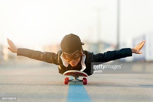 Jeunes garçons revisite le Flying sur Skateboard