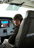 Kleiner Junge im cockpit eines kleinen Wasserflugzeug.
