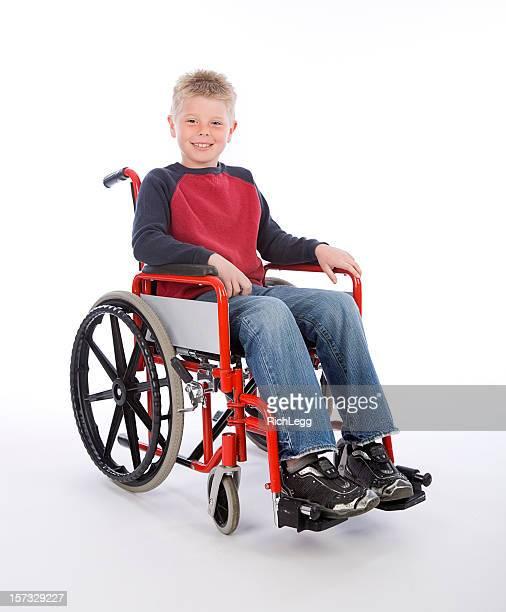 Giovane ragazzo in sedia a rotelle