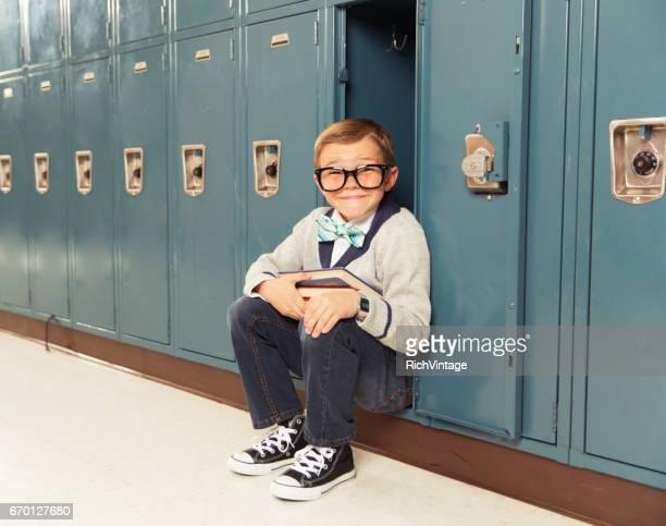 若い少年オタクは彼のロッカーでハッピー