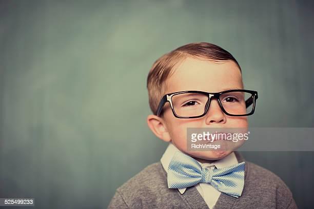 Jeune garçon avec des lunettes Nerd faisant une triste visage