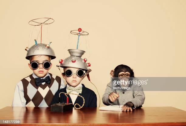 Junge Nerds Sie experimentieren mit Schimpansen-Gattung