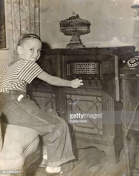 Junge Betrieb ein Radio in seinem Wohnzimmer