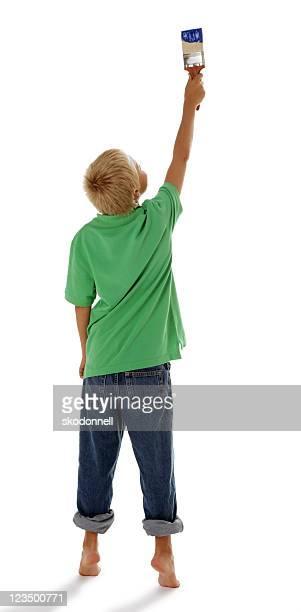 Jeune garçon peinture sur fond blanc