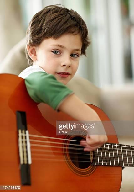 Giovane ragazzo Suona la chitarra acustica a casa