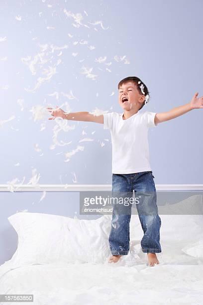 Junge spielt mit Federn