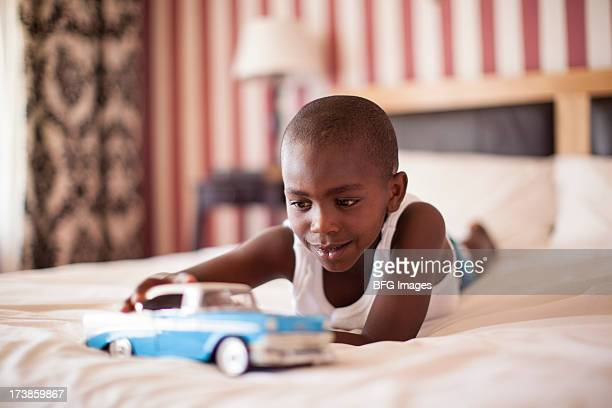 若い、おもちゃの車で遊ぶ少年、南アフリカ、ケープタウン