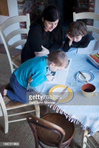young boy reading, mum listening : Stockfoto