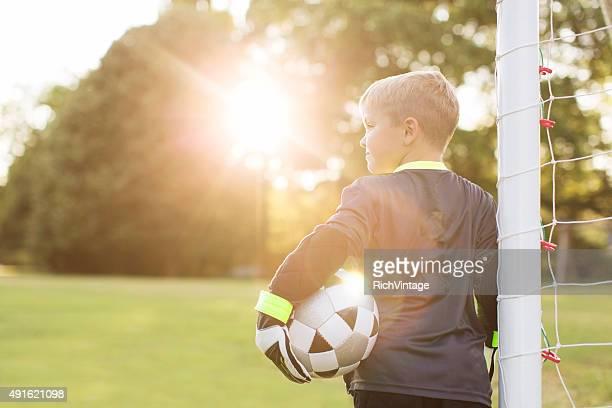 サッカー少年が目標ゴールキーパーで