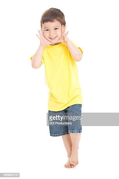 Giovane ragazzo in piedi con le mani al viso, sfondo bianco