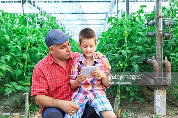 Jeune garçon utilisant une tablette avec son père