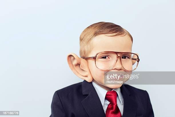 Junge mit Business-Anzug und großen Ohren