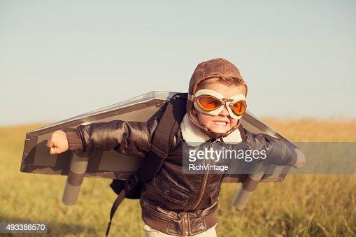 Jeune garçon portant l'espace. est de décoller