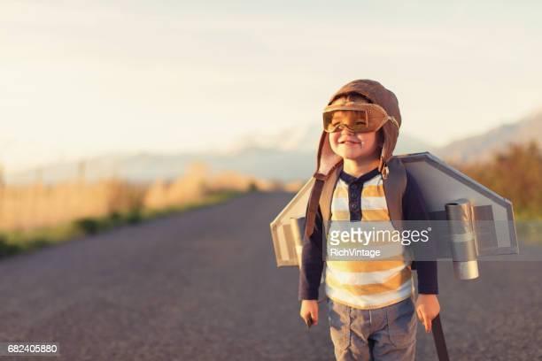 Jeune garçon avec Jet Pack avec des lunettes de vol sur