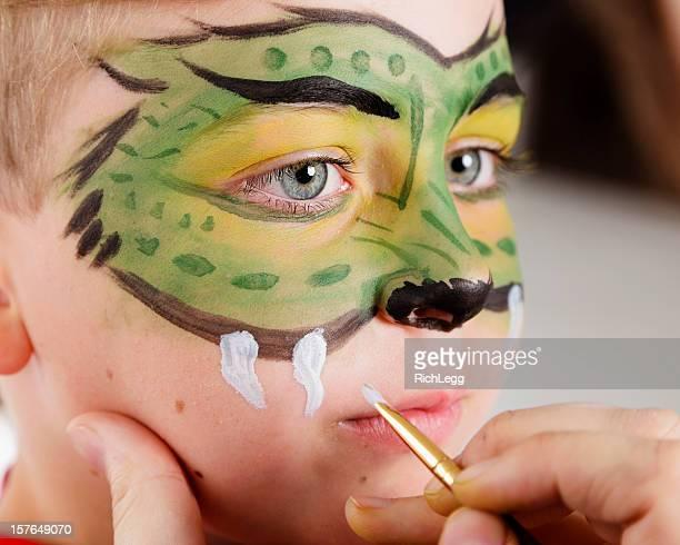 Joven niño con pintura de la cara