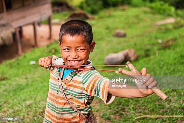 Junge mit slinghshoot im Norden von Laos